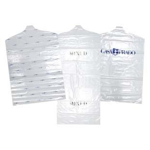 Qual a função da capa plástica para roupas?