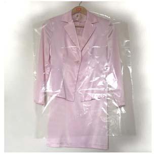 Encontre uma solução para o embalo de roupas - Contrate uma empresa de saco plástico para roupas no cabide